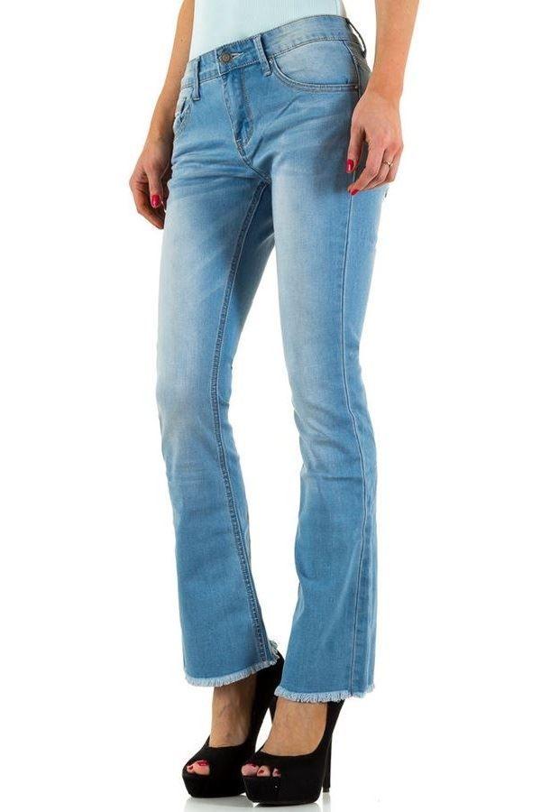 ανοιχτό μπλε τζιν παντελόνι με καμπάνα μπατζάκια.