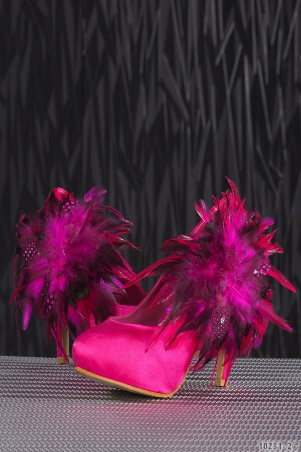 ροζ γόβα σατέν διακοσμημένη με φτερά και στρας.