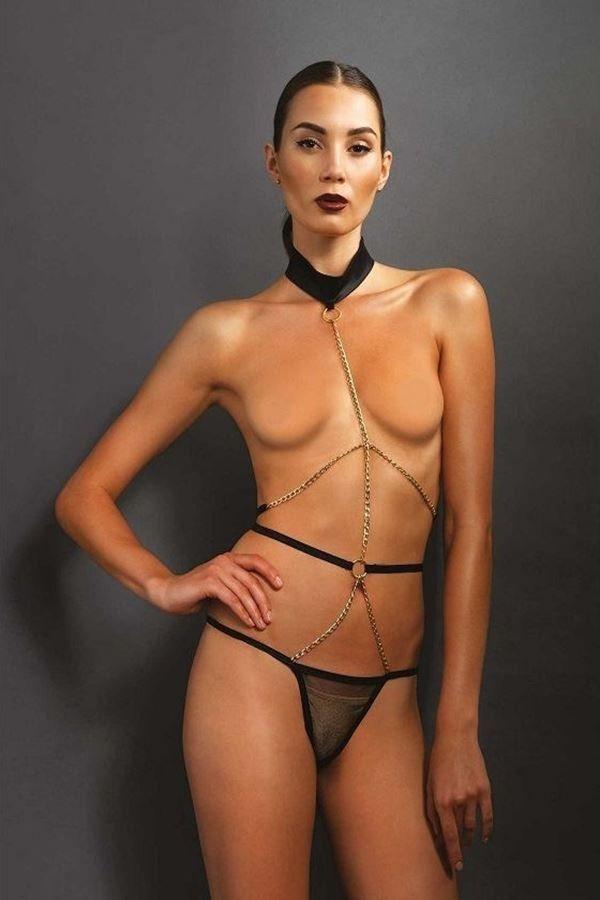 μαύρο χρυσό σέξυ κορμάκι με αλυσίδα σώματος σε στρινγκ σχέδιο.