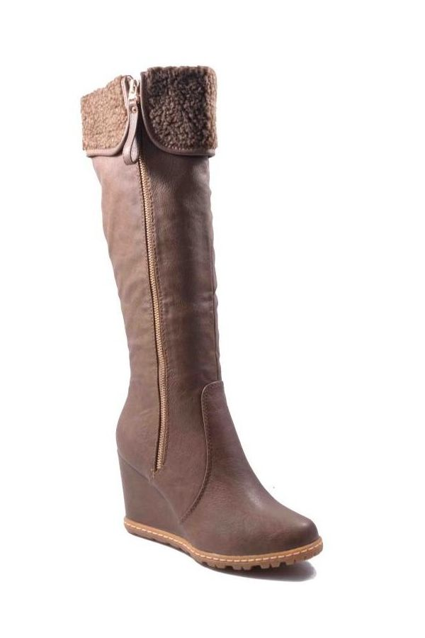 boot with tractorated sole decorated with fur platform heel brown