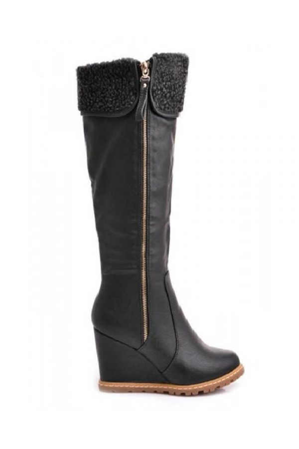 boot with tractorated sole decorated with fur platform heel black